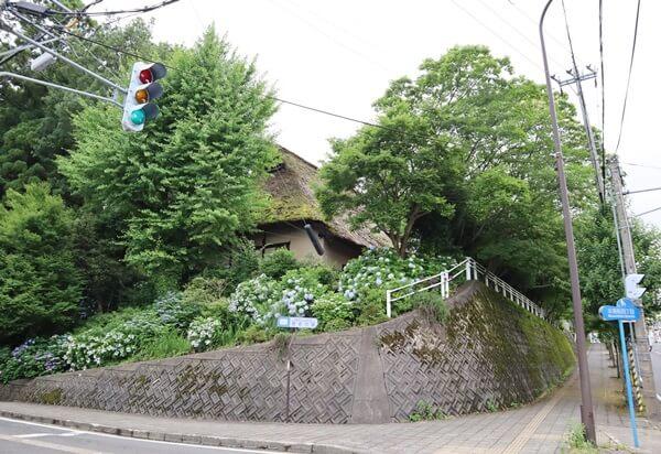 道路を走っていると建物が左側に見える。