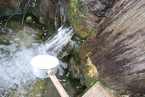 流れ出る水