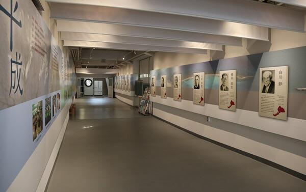 入口から展示室への通路