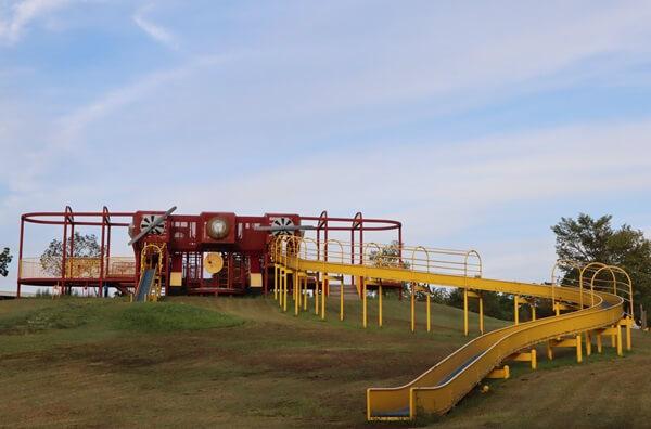 大型飛行機遊具の黄色い滑り台