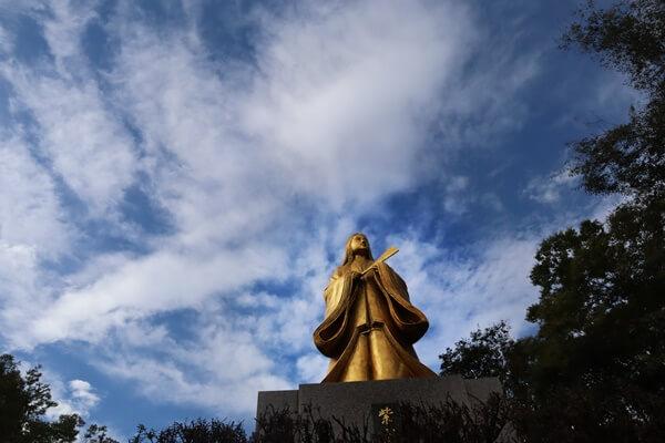 金色の紫式部像