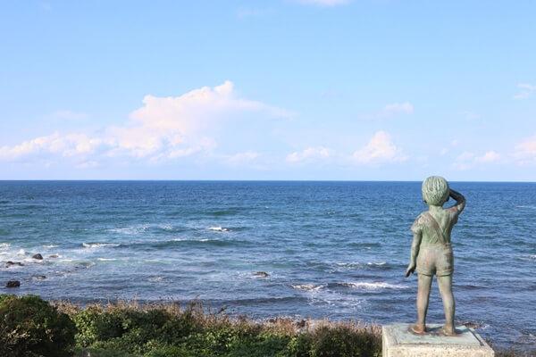 海を眺める銅像
