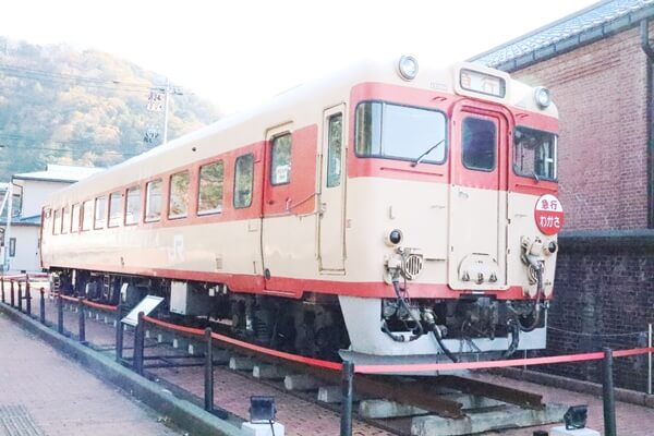 赤レンガの横の電車