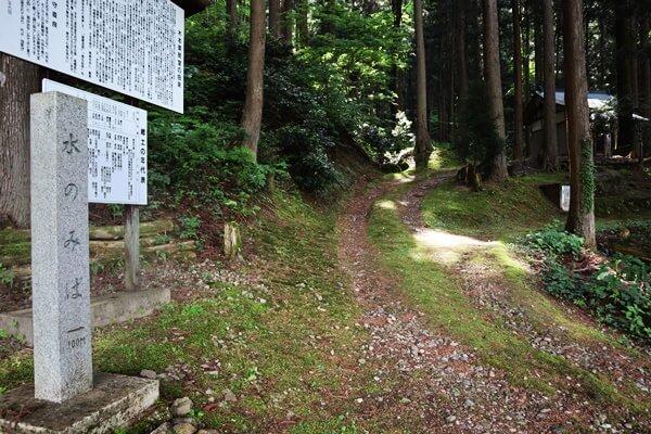 木本薬師堂の霊泉の道
