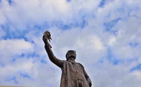 石墨慶一郎の銅像
