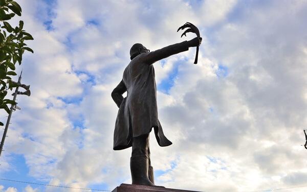 コシヒカリの父の銅像