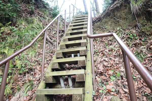 細くなる階段