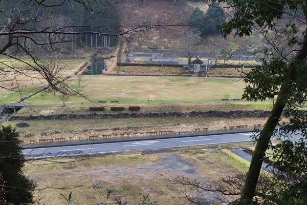 朝倉氏遺跡の唐門が見えます。