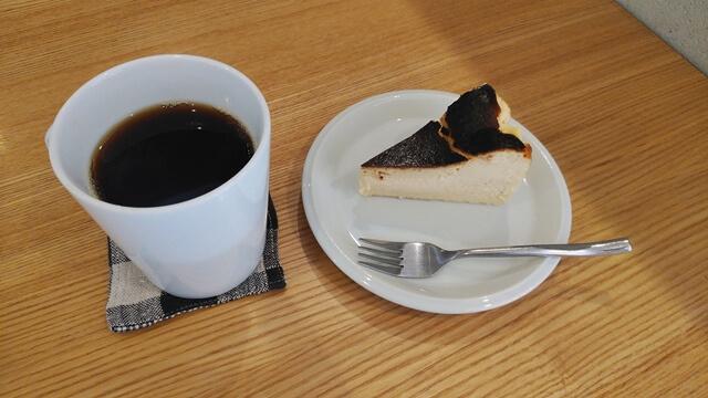 バスクケーキとコーヒー
