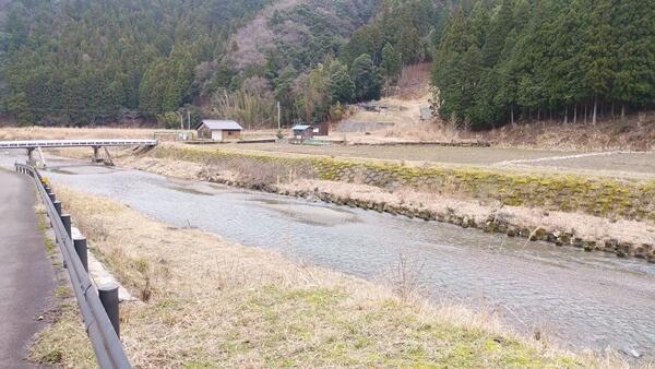 店の横を流れる川