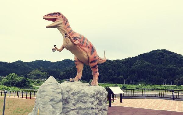道路脇の恐竜