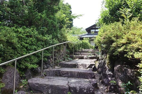 石段の階段を登る