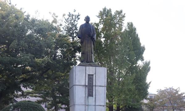橋本左内の像