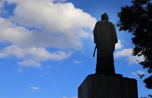 橋本左内の大きな銅像