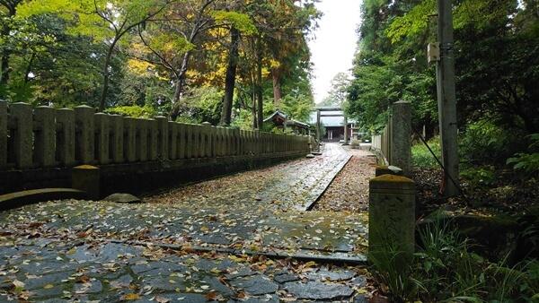 神明社の参道を歩く