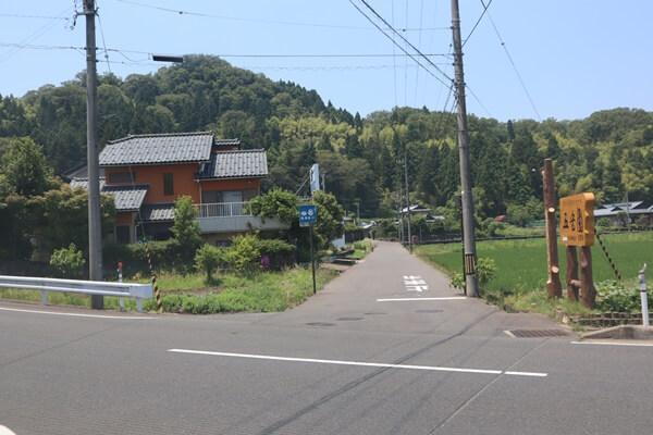 登山道に続く道路