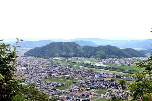 市街地と村国山