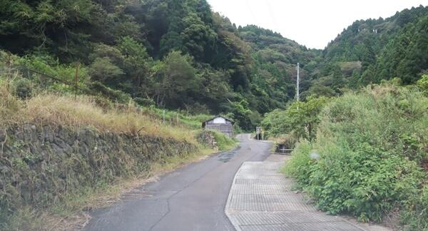 貧谷の滝の道路