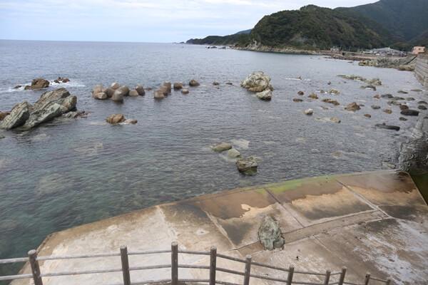 軍艦岩の海水浴